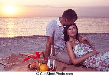femme, pique-nique, couple, sunset., jeune, forehead., passion, fruits, baisers, homme, plage, vin