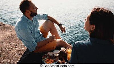 femme, pique-nique, séance, couple, jeune, eating., eau, rivage, mer, heureux, avoir, morning., homme