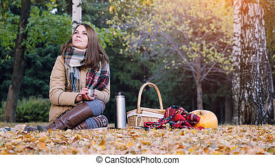 femme, pique-nique, séance, thé chaud, park., halloween, tapis, jeune, automne, thème, thermos, boire, girl, citrouille
