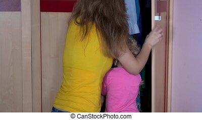 femme, placard, elle, joli, enfant, garde-robe, enfantqui commence à marcher, dissimulation