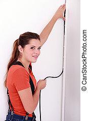 femme, placer, câble électrique
