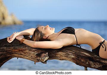 femme, plage, bains de soleil, porter, bikini, beau