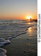 femme, plage coucher soleil