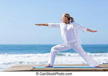 femme, plage, exercice, mûrir, yoga
