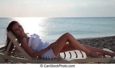 femme, plage, heureux