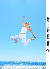 femme, plage, sauter