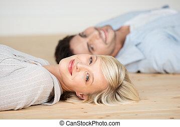 femme, plancher, bois dur, sourire, mensonge, homme