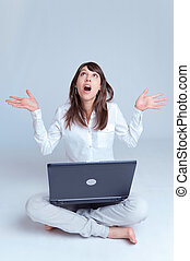 femme, plancher, ordinateur portable, haut, jeune regarder