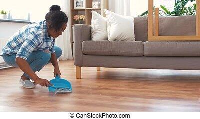 femme, plancher, ramasse-poussière, brosse, balayage, heureux