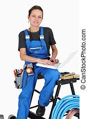femme, plombier, portable utilisation, informatique