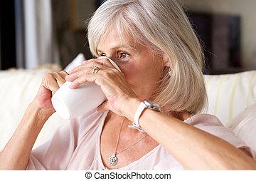 femme, plus vieux, thé, divan, intérieur, portrait, boire