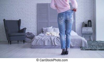 femme, poids, grand, mince, loosing, maison, après, pantalon