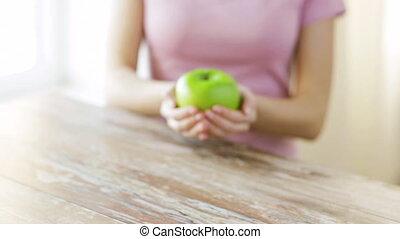 femme, pomme, projection, haut, jeune, vert, mains, fin