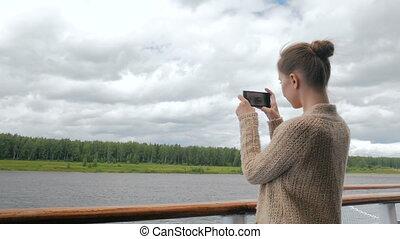 femme, pont, photo, prendre, smartphone, bateau croisière, paysage