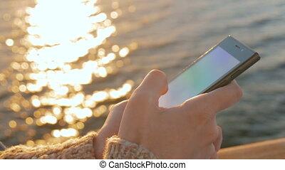 femme, pont, smartphone, coucher soleil, croisière, utilisation, bateau