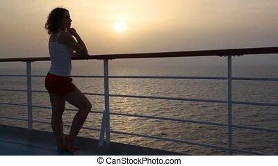 femme, pont, stand, mer, bateau croisière, regarde
