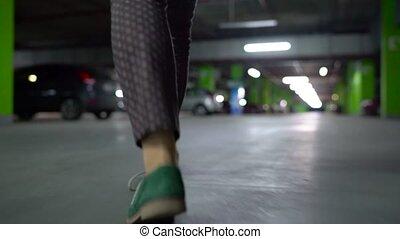 femme, porte, voiture, elle, il, bas, va, assied, ouvre