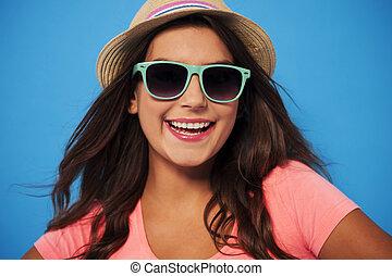 femme, porter, paille, chapeau été, lunettes soleil