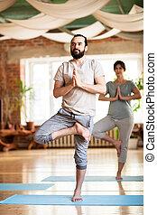 femme, pose yoga, arbre, studio, homme
