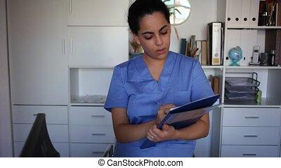femme, positif, clinique, debout, documents