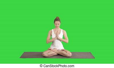 femme, position yoga, chroma, décontracté, méditer, ensemble, écran, vert, key., mains, mettre