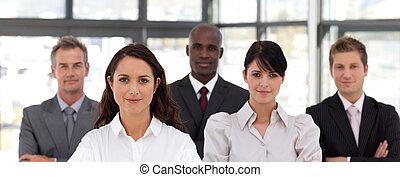 femme, potrait, business, mener, confiant, équipe