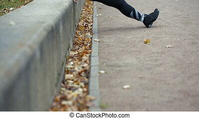 femme, pousées, outdoor., automne, parc, fitness, portrait, vêtements de sport, exercice