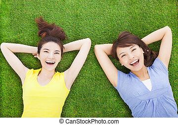 femme, pré, jeune, deux, sourire, mensonge