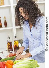 femme, préparer, légumes, nourriture salade, dans, cuisine
