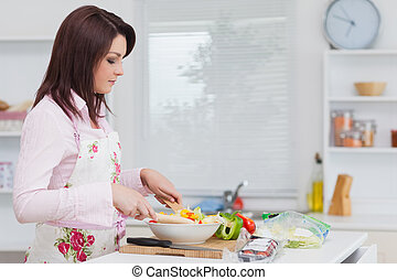 femme, préparer, salade, cuisine