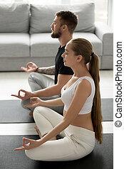 femme, pratiquer, attentif, plancher, maison, homme yoga