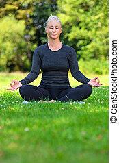 femme, pratiquer, crise, sain, milieu, dehors, mûrir, yoga, vieilli