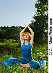 femme, pratiquer, fitness, dehors, yoga, rouges
