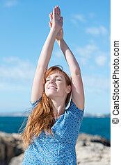 femme, pratiquer, yoga, à, les, mer