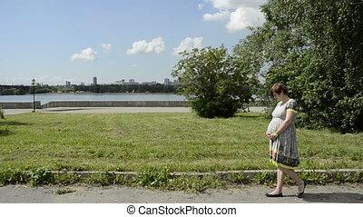 femme, pregnant, jeune, marche