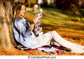 femme, pregnant, séance, parc, jeune, automne