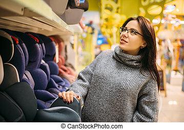 femme, pregnant, siège voiture, choisir, enfant, magasin