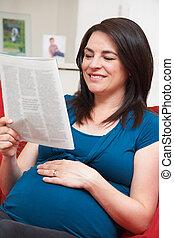 femme, pregnant, sofa, séance, magazine, lecture