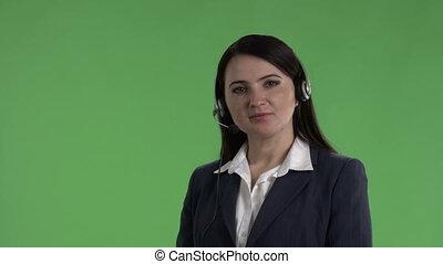 femme, prend, centre, écran, ouvrier, contre, appel téléphonique, vert