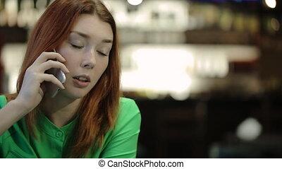 femme, prend, dans, main, les, smartphone, et, parler téléphone, sourire.