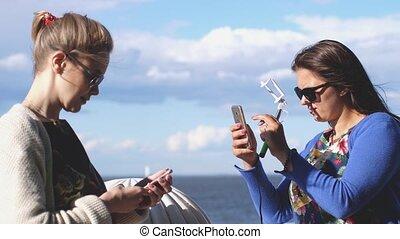 femme, prend, elle, photos, mobile, vacances, téléphone, sea...