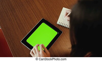 femme, prend, fonctionnement, notes, tablette, greenscreen, notebook.