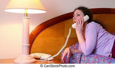 femme, prend, mensonges, jeune, lit, téléphone, lampe,...