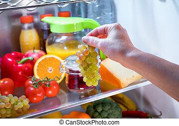 femme, prend, raisins, ouvert, réfrigérateur, tas