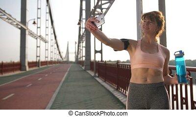 femme, prendre, après, courant, personne agee, selfie, exercice