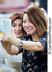 femme, prendre, asiatique, selfie, ami, heureux
