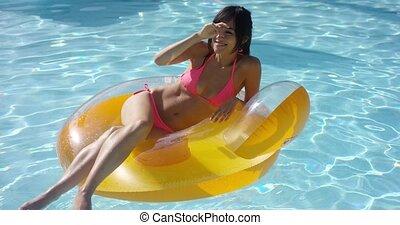 femme prendre bain soleil, jeune, sexy, piscine, natation