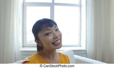 femme, prendre, jeune, asiatique, selfie, heureux