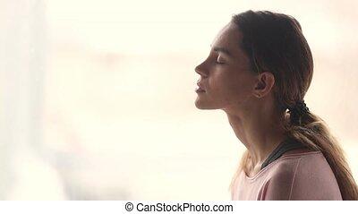 femme, prendre, jeune, profond, air, souffle, calme, frais