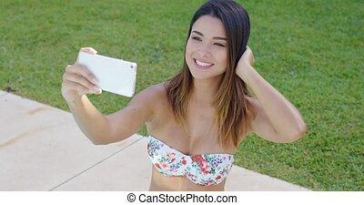 femme, prendre, jeune, sourire, selfie, heureux